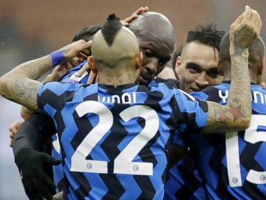 Para pemain Inter Milan merayakan gol yang dicetak oleh Romelu Lukaku ke gawang Spezia pada laga Liga Italia di Stadion Giuseppe Meazza, Minggu (20/12/2020). Inter Milan menang dengan skor 2-1. (AP/Luca Bruno)