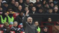 Pelatih Manchester United, Jose Mourinho memberikan instruksi kepada anak asuhnya saat melawan Huddersfield Town pada laga Premier League di Old Trafford, Manchester, (3/2/2018). MU menang 2-0. (AFP/Paul Ellis)
