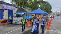 Pos penyekatan di Madyopuro, Kota Malang, saat dua hari menjelang lebaran. Selama masa PSBB di Malang para pengendara harus memenuhi seluruh syarat untuk bisa masuk kota (Liputan6.com/Zainul Arifin)