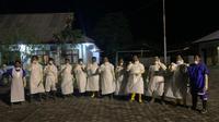 Relawan Covid yang berasal Ikatan Keluarga Alumni Pendidikan Tinggi Kepamongprajaan (IKAPTK) Kota Tarakan turun langsung memakamkan Pasien Dalam Pengawasan (PDP) Covid-19 yang meninggal dunia di Rumah Sakit Umum Daerah Tarakan, Minggu 17 Mei 2020.