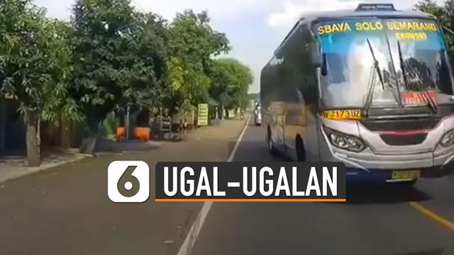 Sebuah bus yang mengambil jalurnya dan membuatnya harus menepi hingga berhenti.