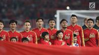 Pemain Timnas Indonesia -19 saat menyanyikan lagu Indonesia Raya jelang melawan Uni Emirat Arab U-19 pada penyisihan Grup A Piala AFC U-19 2018 di Stadion GBK, Jakarta, Rabu (24/10). Indonesia unggul 1-0. (Liputan6.com/Helmi Fithriansyah)