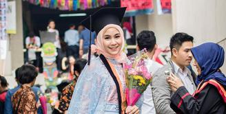 Anisa Rahma, mantan personil cherrybelle ini tengah berbahagia. Usaha jerih payahnya selama delapan tahun akhirnya usai juga dan menyandang gelar sebagai Sarjana Arsitektur, di Institut Teknologi Nasional (ITENAS) Bandung. (Instagram/anisarahma_12)
