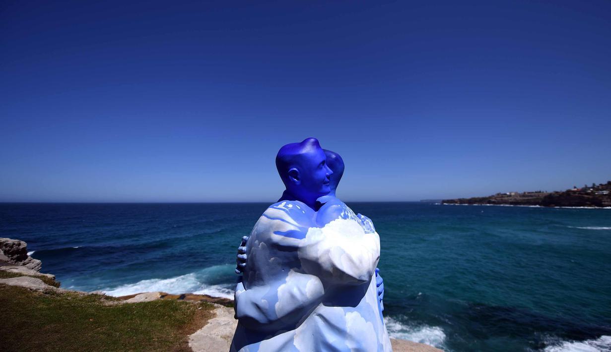 """Patung karya seniman Stephen Marr ditampilkan di pameran """"Sculpture by the Sea"""" di dekat pantai Bondi di Sydney (19/10). Pameran  dimulai di sepanjang pantai Bondi menuju pantai Tamarama dan berlangsung hingga 5 November 2017. (AFP Photo/Saeed Khan)"""
