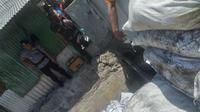 Penemuan benda berupa granat di sungai jalan Simokerto 3 Surabaya, Jawa Timur. (Foto: Liputan6.com/Dian Kurniawan)