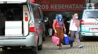 Dua wanita berjalan di Rumah Karantina COVID-19 Hotel Yasmin, Curug, Kabupaten Tangerang, Banten, Kamis (17/6/2021). Saat ini, variant of concern (VOC) menyebar di 12 provinsi. (Liputan6.com/Angga Yuniar)