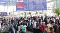 Calon penumpang mengantri untuk menaiki kereta api di Stasiun Senen, Jakarta, Rabu (23/12). Libur Natal dan Tahun baru di manfaatkan sejumlah masyarakat untuk berlibur dan kembali ke kampung halaman. (Lipitan6.com/Angga Yuniar)