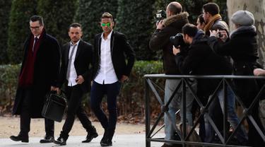 Penyerang Barcelona, Neymar (ketiga kiri) meninggalkan pengadilan nasional Spanyol di Madrid (p Neymar dan presiden Josep Maria Bartomeu akan memberikan bukti dalam kasus transfernya dari Santos ke Barcelona pada 2013. (AFP PHOTO/AVIER Soriano)