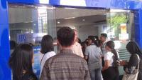 Ratusan nasabah BRI di Manado sudah mengantre sejak pukul 8 pagi, nomor antrean  bahkan sudah puluhan. (Liputan6.com/Yoseph Ikanubun)
