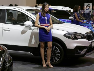 SPG atau model bersanding di samping mobil Suzuki pada pembukaan GAIKINDO Indonesia International Auto Show (GIIAS) 2018 di ICE BSD, Tangsel, Kamis (2/8). Kehadiran mereka menghiasi perhelatan otomotif GIIAS 2018. (Liputan6.com/Fery Pradolo)