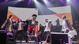 Yura Yunita terlihat dengan antusiasnya menikmati perform di konser Merakit. Dengan drum berwarna merah di depannya, Yura Yunita melakukan aksi panggung yang menghebohkan para penontonnya di konser Merakit. (KapanLagi.com/Muhammad Akrom Sukarya)
