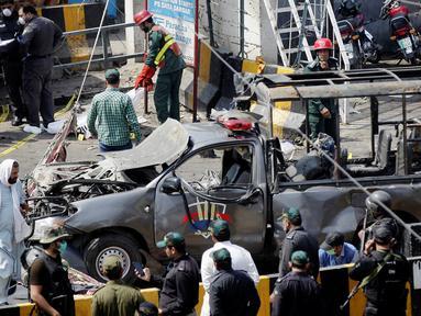 Polisi mengamankan lokasi ledakan di luar tempat suci umat muslim Sufi, Lahore, Pakistan, Rabu (8/5/2019). Setidaknya tiga orang tewas dan 15 lainnya terluka akibat ledakan di masjid Sufi tertua di Pakistan tersebut. (REUTERS/Mohsin Raza)