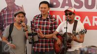 Cagub DKI Jakarta, Basuki Tjahaja Purnama (Ahok) bernyanyi bersama musisi Tompi dan Glenn Fredly di Rumah Lembang, Jakarta, Rabu (25/1). Sejumlah musisi mendatangi Rumah Lembang untuk menyatakan dukungan kepada Ahok. (Liputan6.com/Gempur M Surya)