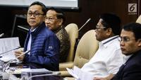 Ketua MPR Zulkifli Hasan (dua kiri) bersama Wakil Ketua MPR Oesman Sapta Odang (dua kanan), Ahmad Basarah (kanan), dan Mangindaan (kiri) saat Rapat Gabungan di Jakarta, Selasa (24/7). Sidang menyampaikan Nota Keuangan RAPBN 2019. (Liputan6.com/JohanTallo)