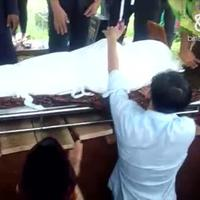 Begini suasana pemakaman Deddy Sutomo.