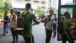 Pelatih Timnas Indonesia, Bima Sakti, memberikan semangat kepada Hansamu Yama saat akan berangkat dari Hotel Sultan Jakarta, Selasa (13/11). Timnas Indonesia akan melawan Timor Leste pada laga Piala AFF 2018. (Bola.com/Vitalis Yogi Trisna)
