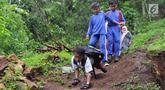 Mukhlis Abdul Holik (8) bersama teman-temannya menuju sekolah di Kampung Cikiwul Tonggoh, Sekarwangi, Sukabumi, Kamis (15/11). Keterbatasan fisik berupa cacat kaki sejak lahir tak menghalangi niat Adul untuk berangkat ke sekolah (Merdeka.com/Arie Basuki)
