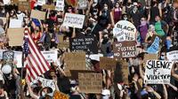 Pengunjuk rasa yang memprotes kematian George Floyd melakukan pawai ke pusat Kota Pittsburgh dari Mount Washington, Amerika Serikat, Minggu (7/6/2020). Gelombang protes atas kematian George Floyd terus mengguncang Amerika Serikat. (AP Photo/Gene J. Puskar)