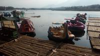 Deretan rakit dan arena fasilitas mainan air, siap memanjakan pengunjung yang datang di situ Bagendit, Garut, Jawa Barat (Liputan6.com/Jayadi Supriadin)