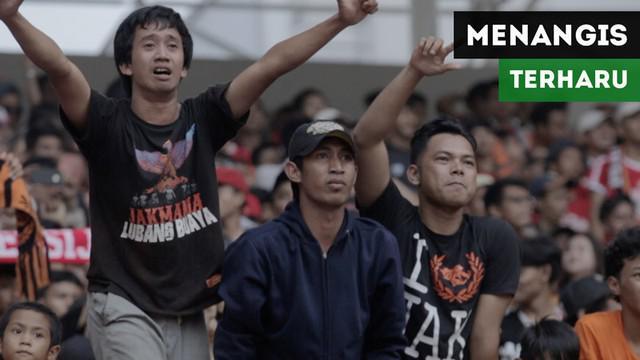 Berita video momen seorang Jakmania menangis terharu saat Persija Jakarta akhirnya mencetak gol ketiga ke gawang Sriwijaya FC dalam lanjutan Gojek Liga 1 2018 bersama Bukalapak di Cikarang, Sabtu (24/11/2018).
