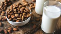 Buat susu dan kacang almond untuk mengompres mata panda. (Foto: pixabay.com)