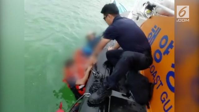 Sebuah kapal wisata terbalik karena mengalami kerusakan mesin. Selurun penumpang dan pengemudi berhasil diselamatkan penjaga pantai.