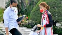 Presiden Jokowi membeli sepatu merek Fine Counsel yang merupakan usaha Greysia Polli (dok.Instagram/@jokowi/https://www.instagram.com/p/CSgbdpkBjBB/Komarudin)
