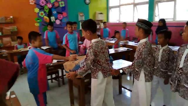 Anak-anak di Banyumas, Jawa Tengah mengumpulkan dana untuk dikirimkan kepada korban gempa Lombok. (Foto: Liputan6.com/Muhamad Ridlo)