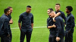 Pemain Juventus Cristiano Ronaldo (tengah) bercanda dengan Merih Demiral saat mengunjungi Stadion Wanda Metropolitano, Madrid, Spanyol, Selasa (17/9/2019). Juventus akan menghadapi Atletico Madrid pada laga Grup D Liga Champions. (OSCAR DEL POZO/AFP)