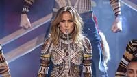 Jennifer Lopez buka American Music Awards dengan bawakan medley lagu-lagu paling ngehits tahun ini. (Huffingtonpost.com)