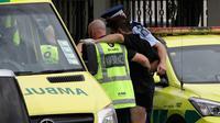 Polisi dan staf ambulans membantu seorang lelaki yang terluka dalam insiden penembakan di Masjid Al Noor, Christchurch, Selandia Baru, Jumat (15/3). Tiga korban penembakan adalah perempuan dewasa dan seorang lagi adalah gadis cilik. (AP Photo/Mark Baker)