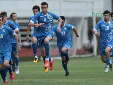 Para pemain Uzbekistan melakukan pemanasan saat uji coba lapangan di Stadion Pakansari, Bogor, (26/4/2018). Uzbekistan merupakan salah satu tim yang akan mengikuti ajang PSSI Anniversarry Cup 2018. (Bola.com/Nick Hanoatubun)