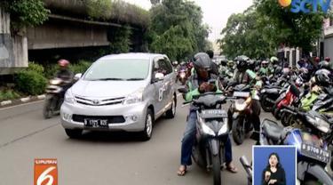 Para pengemudi ojek online ini mengaku setiap harinnya kerap menunggu penumpang disekitaran pintu keluar Stasiun Tebet.
