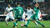 Penyerang Real Madrid, Isco berebut bola dengan pemain Leganes, Gabriel Appelt pada leg kedua perempatfinal Copa del Rey di Santiago Bernabeu, Kamis (25/1). Bermain di kandang sendiri, Real Madrid menyerah 1-2. (AP/Francisco Seco)