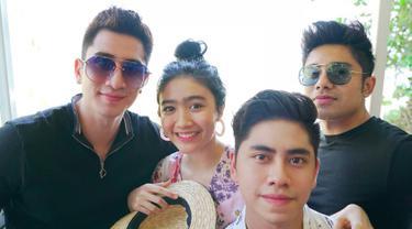 Febby Rastanty berpose dengan keluarga Verrell Bramasta saat berlibur bersama ke Bali. Usia Verrell dan Febby hanya berbeda 7 bulan saja. (Liputan6.com/IG/@athallanaufal7)