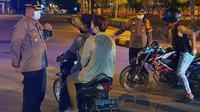Pemberlakukan jam malam di Kota Jayapura. Warga masih melintas di jalan protokol ibu kota Provinsi Papua itu. (Liputan6.com/Polresta Jayapura Kota/Katharina Janur)