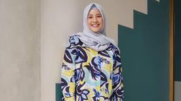 Di foto OOTD lainnya, wanita yang akrab disapa Chacha ini mengenakan outfit yang lebih cerah dengan hijab berwarna sky blue dan kemeja bermotif. (Liputan6.com/IG/@natasharizkinew)