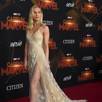 """Aktris Brie Larson berjalan di karpet merah saat menghadiri pemutaran perdana film """"Captain Marvel"""" di Hollywood, California, AS (4/3). Aktris berusia 29 tahun ini merupakan pemeran Carol Danvers di film Captain Marvel.  (AP Photo/Jordan Strauss)"""