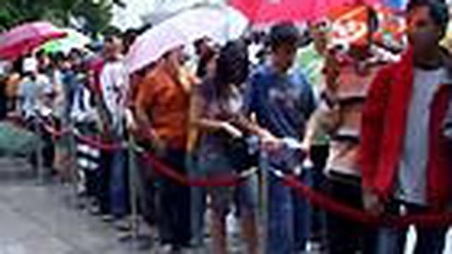 Ribuan warga Jakarta, Sabtu (5/6) pagi, memadati Plaza Senayan, Jalan Asia Afrika, Jakarta Pusat. Mereka menyerbu salah satu pusat belanja elit di Jakarta itu untuk membeli handphone Nokia keluaran terbaru, tipe C3 yang dijual dengan harga murah.