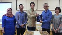 Yuta Funase Co-Country Manager Quipper Indonesia berjabat tangan dengan Drs. Widodo, M.Pd, Kepala Dinas Pendidikan Provinsi Sumatera Selatan.