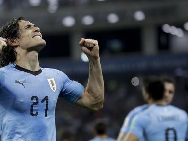 Edinson Cavani merayakan golnya ke gawang Portugal pada laga 16 besar Piala Dunia 2018 di Fisht Stadium, Sochi, Rusia, (30/6/2018). Portugal Kalah 1-2. (AP/Andre Penner)