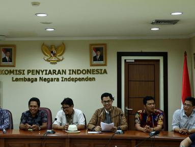Ketua Komisi Penyiaran Indonesia (KPI), Yuliandre Darwis (ketiga kanan) mengikuti penyerahan Izin Penyelenggaraan Penyiaran (IPP) kepada 10 stasiun televisi swasta secara nasional di kantor KPI, Jakarta, Jumat (14/10). (Liputan6.com/Gempur M Surya)
