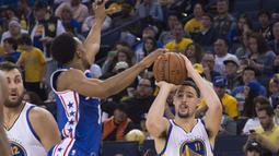 Pemain Warriors, Klay Thompson (11) melakukan tembakan tiga angka saat melawan  Philadelphia 76ers pada lanjutan NBA di Oracle Arena, Minggu (27/3/2016). Warriors menang atas 76ers 117-105. (Mandatory Credit: Kyle Terada-USA TODAY Sports)