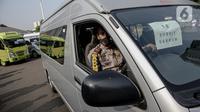 Polisi memeriksa kendaraan travel gelap yang disita jajaran Direktorat Lalu Lintas Polda Metro Jaya, Jakarta, Kamis (29/4/2021). Sebanyak 115 kendaraan travel gelap diamankan karena diduga kuat mengangkut pemudik di tengah masa pengetatan larangan mudik 2021. (Liputan6.com/Faizal Fanani)