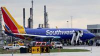 Pesawat Southwest Airlines mendarat darurat di Bandara Internasional Philadelphia, Selasa (17/4). Mesin pesawat tiba-tiba meledak saat penerbangan dari New York menuju Dallas yang membuat jendela pecah. (David Maialetti/The Philadelphia Inquirer via AP)