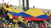 Suporter Kolombia membentangkan bendera raksasa saat laga perempat final Copa America Centenario melawan Peru. Kedua tim bermain imbang hingga laga ditentukan melalui adu penalti. (AFP/Don Emmert)
