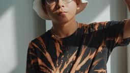 Bisa dibilang jika topi menjadi salah satu fashion item andalan Brandon De Angelo. Bahkan pemain film Langit Biru ini menjajal berbagai model topi. Kali ini ia tampil keren dengan bucket hat.(Liputan6.com/IG/@brandon_lilhero)