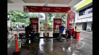 Sejumlah pengendara motor saat tengah mengisi bahan bakar di salah satu SPBU di Kuningan, Jakarta, Senin (19/1/2015). (Liputan6.com/Miftahul Hayat)