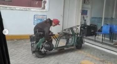 Bantu Kakek Pemulung, Anak Motor Panen Pujian