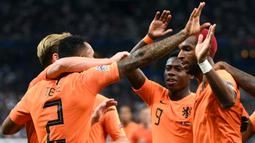 Para pemain Belanda merayakan gol yang dicetak Ryan Babel ke gawang Prancis pada laga UEFA Nations League di Stade de France, Paris, Minggu (9/9/2018). Prancis menang 2-1 atas Belanda. (AFP/Anne-Christine Poujoulat)